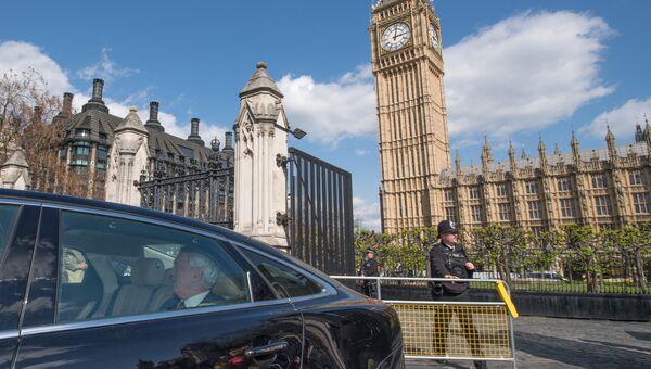 Министр по вопросам выхода из ЕС Дэвид Дэвис в автомобиле у здания парламента в Лондоне