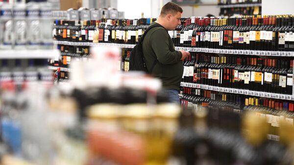 Покупатель в отделе алкогольной продукции