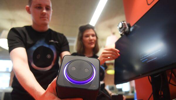 Демонстрация умной колонки Яндекс.Станция с голосовым помощником Алиса в фирменном магазине Яндекс  в Москве