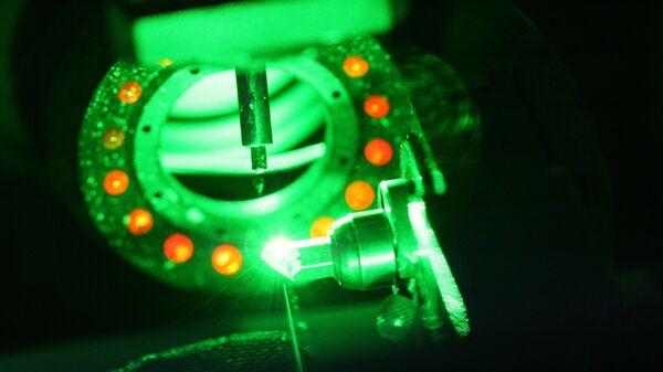Операция лазерной распилки кристалла алмаза на Смоленском ювелирном заводе Кристалл