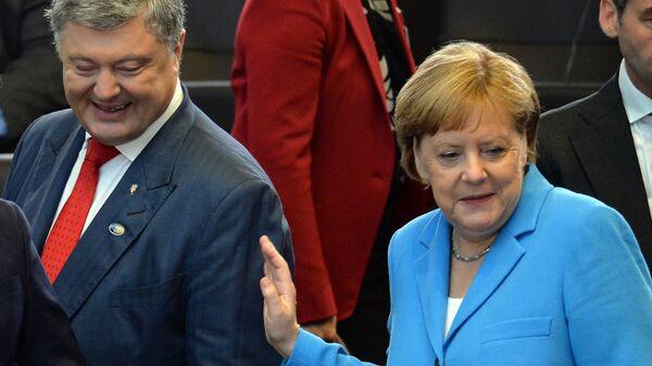 Президент Украины Петр Порошенко и федеральный канцлер ФРГ Ангела Меркель на саммите стран — участниц НАТО в Брюсселе. Архивное фото