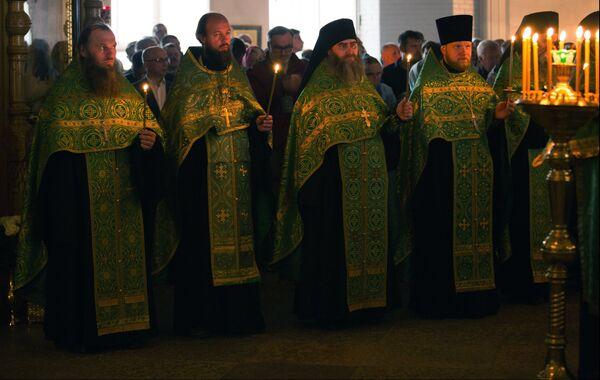 Священнослужители во время вечерней службы в Спасо-Преображенском соборе в день празднования памяти преподобных Сергия и Германа Валаамских