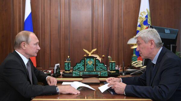 Президент РФ Владимир Путин с директором Федеральной службы по финансовому мониторингу Юрием Чиханчиным во время встречи. 12 июля 2018
