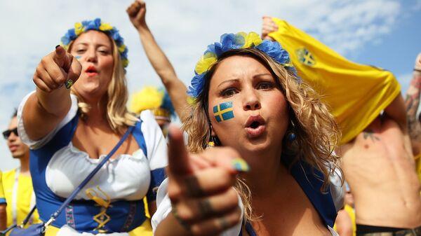 Болельщицы сборной Швеции перед матчем 1/4 финала чемпионата мира по футболу между сборными Швеции и Англии