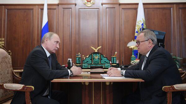 Президент РФ Владимир Путин и президент – председатель правления Банка ВТБ Андрей Костин