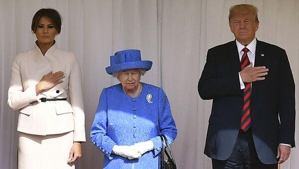 Президент США Дональд Трамп и его супруга Меланья во время встречи с королевой Великобритании с Елизаветой II. Архивное фото