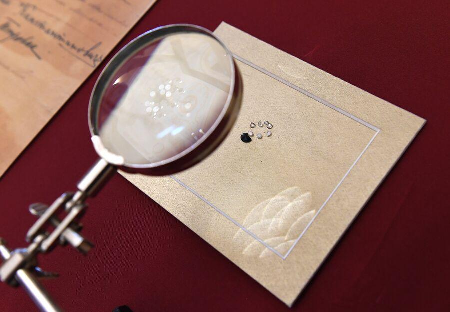 Фрагменты каменных вставок ювелирных изделий, обнаруженных около шахты, где приняли смерть Алапаевские мученики, в музее святой царской семьи в Екатеринбурге
