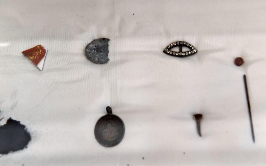 Остатки найденных в камине вещей, принадлежавших великим княжнам в Екатеринбурге, в доме Ипатьева, в музее святой царской семьи