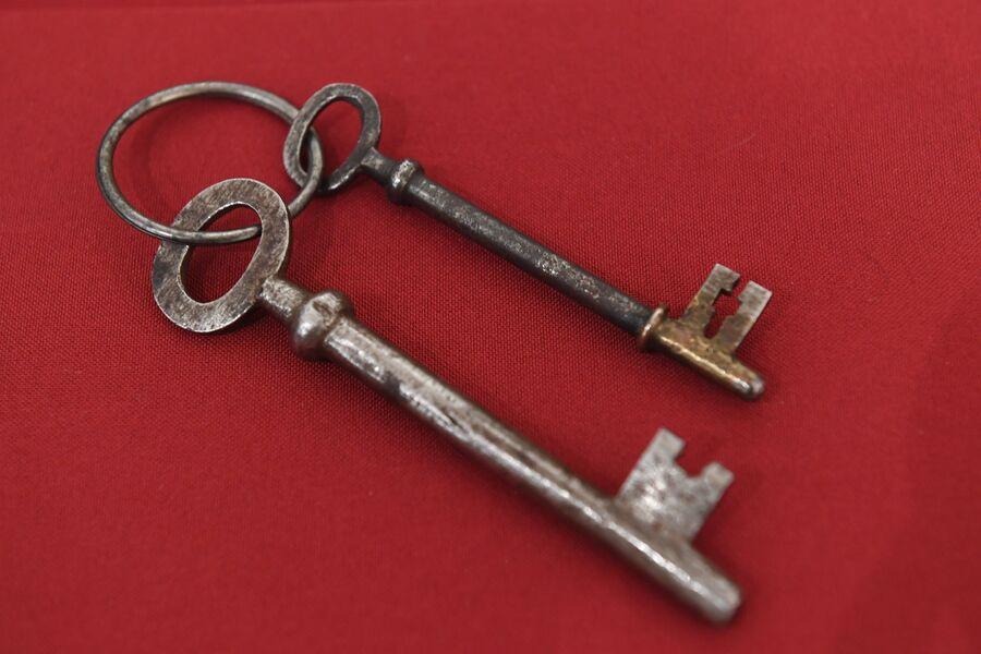 Ключи от дома Ипатьевых (слева - межэтажный, справа - от расстрельной комнаты) в музее святой царской семьи в Екатеринбурге