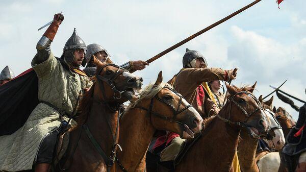 Участники военно-исторической реконструкции на фестивале Великое стояние на реке Угре в 1480 году в Калужской области