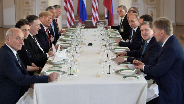 Президент РФ Владимир Путин и президент США Дональд Трамп во время российско-американских переговоров в расширенном составе, Хельсинки. 16 июля 2018