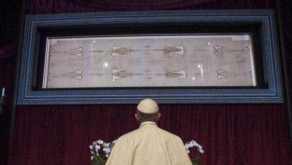 Папа Римский Франциск  перед Священной Плащаницей,  выставленной в Туринском соборе в  Италии