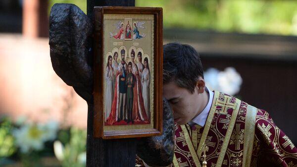 Священнослужитель на Ганиной Яме после окончания крестного хода, приуроченного к 100-летию гибели царской семьи, в Екатеринбурге. 17 июля 2018