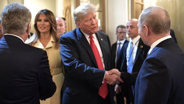 Президент РФ Владимир Путин и президент США Дональд Трамп с супругой Меланьей после совместной пресс-конференции в Хельсинки. 16 июля 2018. Архивное фото