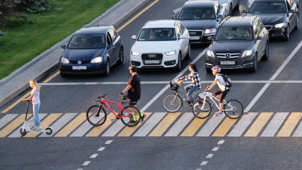 Велосипедисты едут по пешеходному переходу. архивное фото