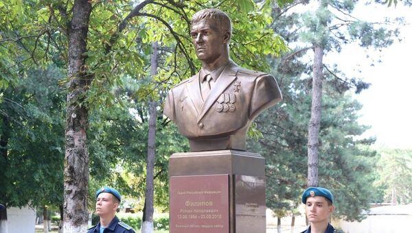 Памятник Герою России Роману Филипову на Аллее Славы Краснодарского высшего военного училища летчиков