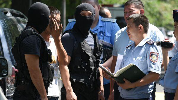Сотрудники полиции во время следственного эксперимента с предполагаемым убийцей Дениса Тена. 20 июля 2018