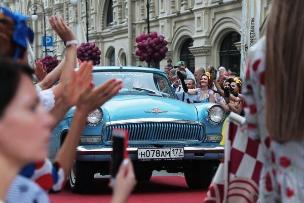 Экипаж на автомобиле «Волга» ГАЗ-21 перед стартом в гонке ГУМ-авторалли Gorkyclassic - 2018 в Москве