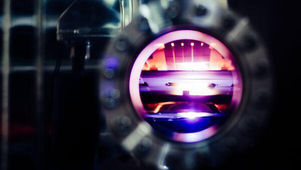 Плазменный факел от работы лазера по керамической мишени