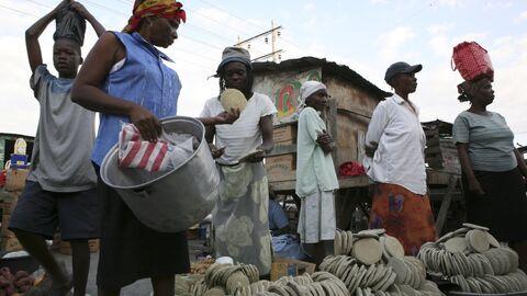 Продажа лепешек из грязи на рынке в Порт-о-Пренсе, Гаити