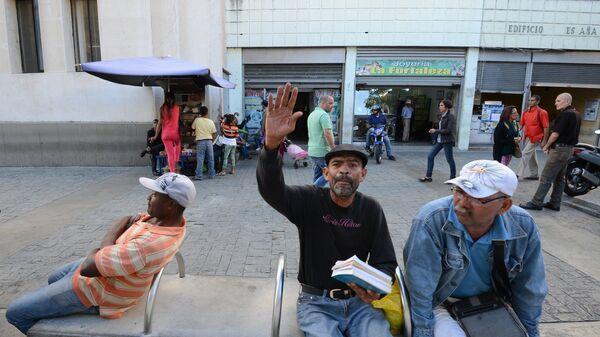 Люди на улице столицы Венесуэлы Каракаса
