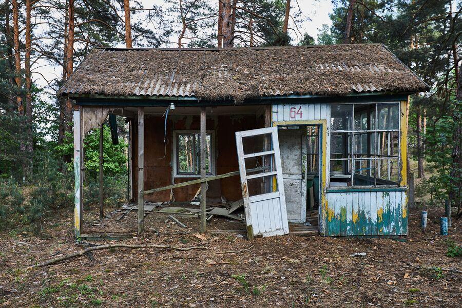 Разрушенный домик на территории зоны отчуждения ЧАЭС