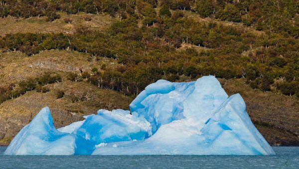 Айсберг на фоне гор