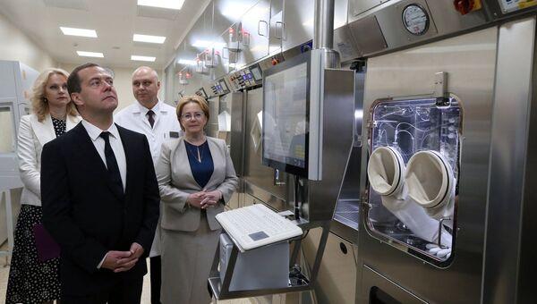 Председатель правительства РФ Дмитрий Медведев во время посещения Онкорадиологического центра Московского областного онкологического диспансера в Балашихе. 25 июля 2018