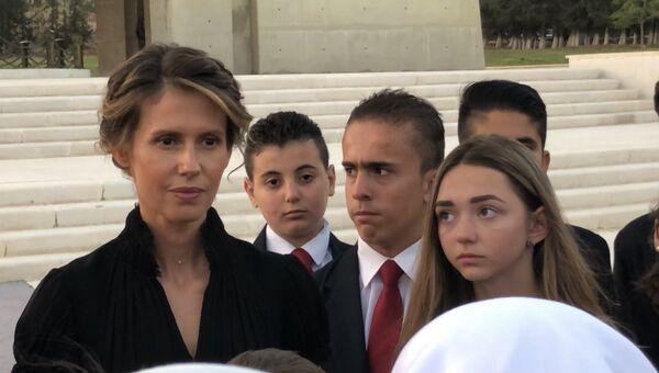 Первая леди Сирии Асма Асад во время встречи с семьями погибших в САР офицеров России
