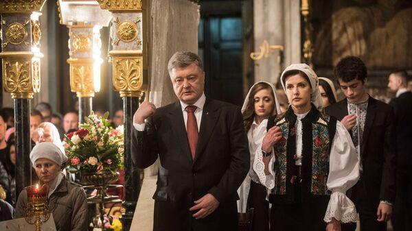 Президент Украины Петр Порошенко с супругой Мариной на праздновании Пасхи в Вологодском монастыре в Киеве