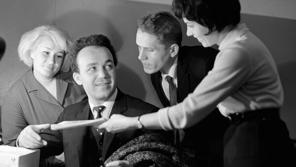 Иосиф Кобзон и почитатели его таланта. 1967 год
