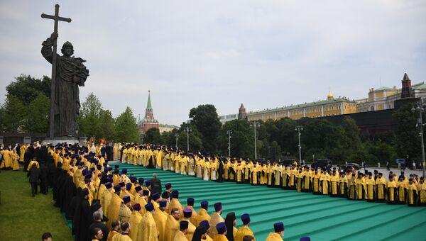 Праздничный крестный ход по случаю 1030-летия Крещения Руси у памятника святого князя Владимира. 28 июля 2018