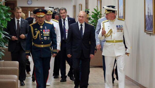Президент РФ Владимир Путин во время посещения Нахимовского военно-морского училища в рамках празднования Дня ВМФ России в Санкт-Петербург