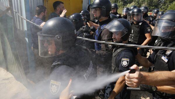 Киевская полиция распыляет слезоточивый газ во время протестов против застройки в одном из спальных районов Киева. 28 июля 2018