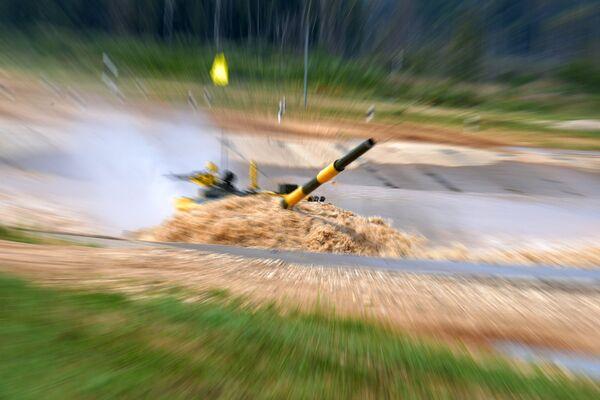 Танк команды армии Вьетнама в индивидуальной гонке международных соревнований Танковый биатлон — 2018 на подмосковном полигоне Алабино