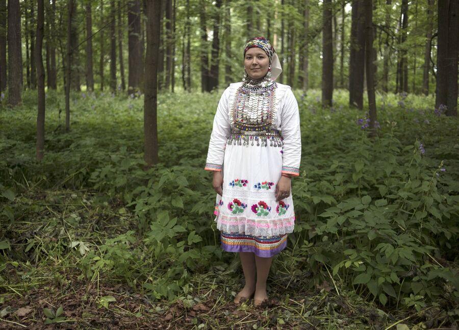Жительница села Шоруньжа  в национальном костюме на празднике Сярем