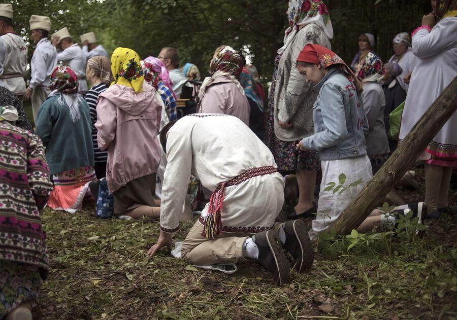 Жители села Шоруньжа во время молитвы очищения на празднике Сярем
