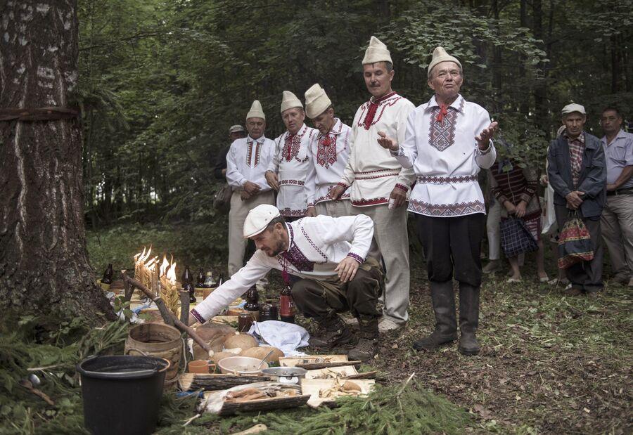 Жители села Шоруньжа раскладывают приготовленные угощения богам на празднике Сярем