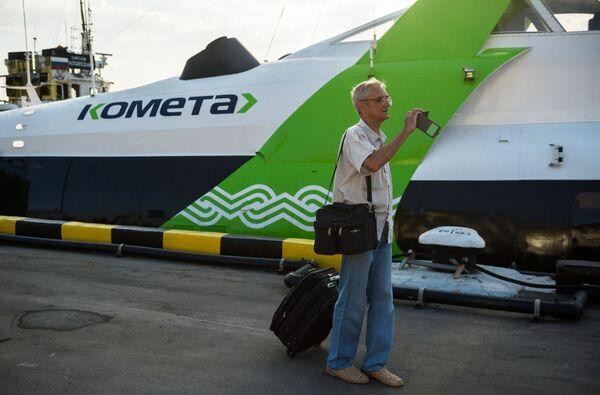 Пассажир у скоростного морского судна на подводных крыльях «Комета 120М»