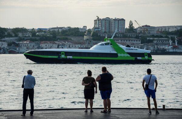 Скоростное морское пассажирское судно на подводных крыльях Комета 120М выполняет первый рейс по маршруту между Севастополем и Ялтой.