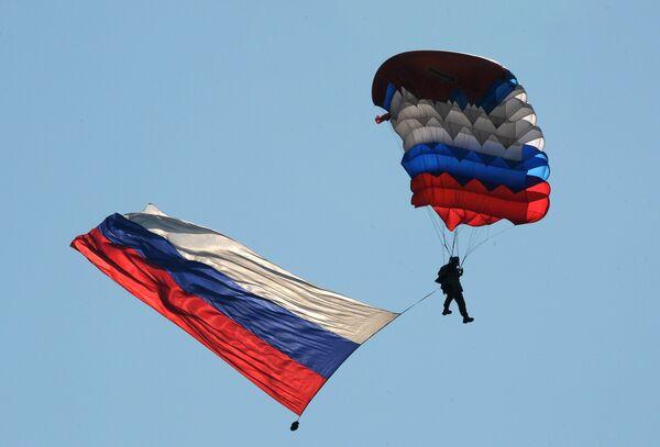 Военнослужащий Воздушно-десантных войск во время показательных выступлений на праздновании Дня  ВДВ в 83-й отдельной  гвардейской  десантно-штурмовой бригаде в городе Уссурийске