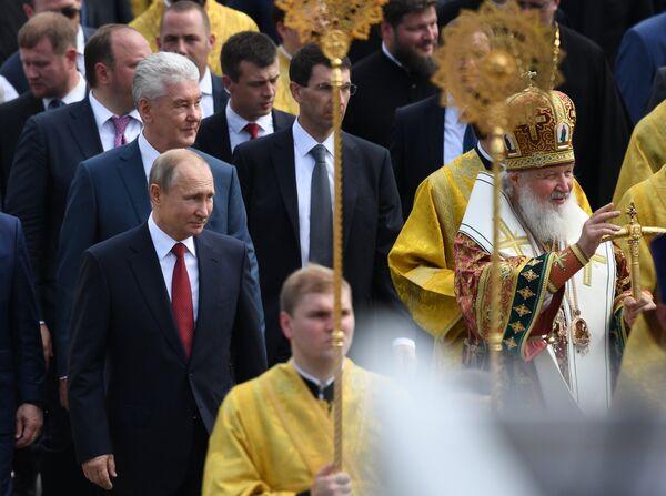 Президент России Владимир Путин и патриарх Московский и всея Руси Кирилл во время крестного хода по случаю 1030-летия Крещения Руси в Москве.