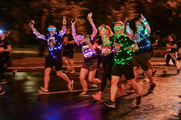 Участники ночного забега в центре Москвы.