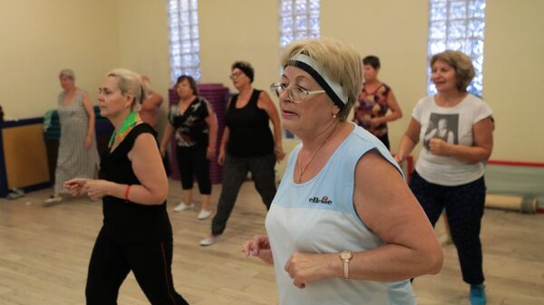Пожилые люди во время занятий в фитнес-клубе Витязь Sight в Москве