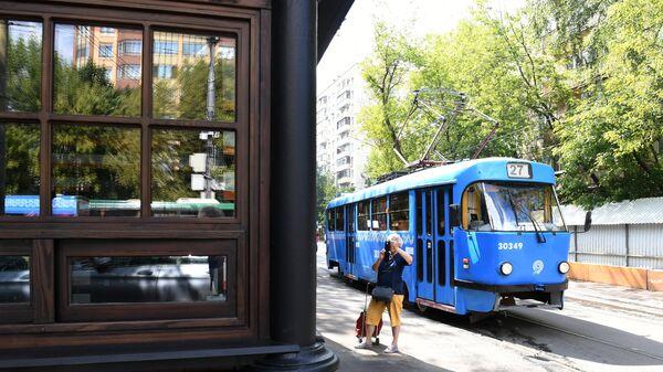 Старейшая трамвайная остановка Красностуденческий проезд маршрута №27 возле парка Дубки в Москве, открывшаяся после реставрации
