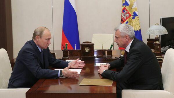Президент РФ Владимир Путин и временно исполняющий обязанности губернатора Магаданской области Сергей Носов  во время встречи. 3 августа 2018