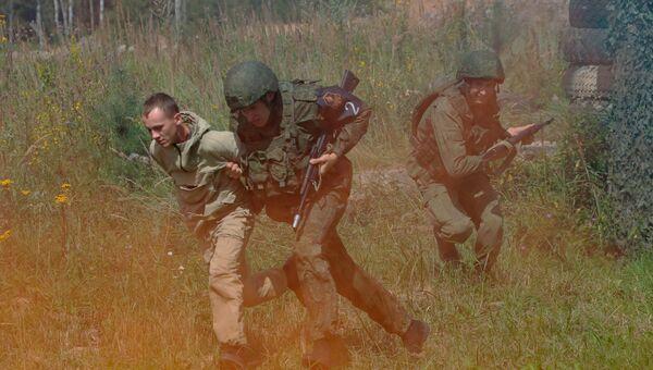 Военнослужащие на этапе «Гонка патрульного наряда» конкурса «Страж порядка» на подмосковном полигоне Алабино.