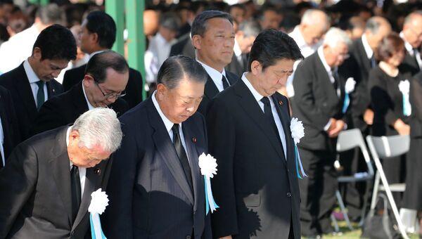 Премьер-министр Японии Синдзо Абэ во время молчания в память о жертвах атомной бомбардировки в Мемориальном парк мира в Хиросиме. 6 августа 2018