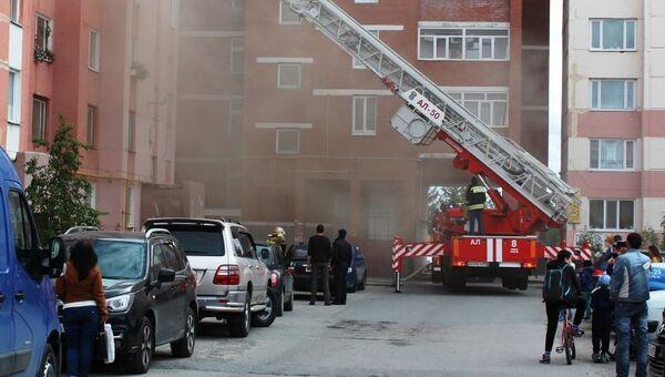 На месте пожара в городе Новый Уренгой в микрорайоне Мирный