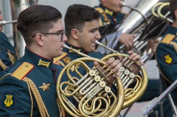 Закрытие цикла состоится 18 августа в Александровском саду, предваряя собой десять вечеров невероятного красочного шоу Международного военно-музыкального фестиваля Спасская башня